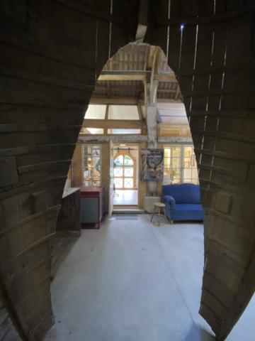 Blick auf Atelier Lumos Design durch ein altes Bottsteil